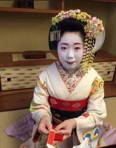 Maiko Katsuhana wearing junior maiko canola kanzashi with butterflies in march 2016