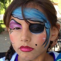 piraat-meisje-grime: 1. Teken eerst in een licht kleur alle randen. Zowel de blauwe 'doek', het ooglapje als de paarse make-up.  2. Werk dan alles af. Maak ook de rand van de lippen wat donkerder dan de lippen zelf.  3. Werk af de witte puntjes, ster en schram!