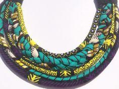 Collier ethnique en tissu africain multi-rangs turquoise jaune violet
