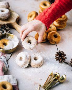 """Les beignes saupoudrés de sucre à glacer, c'est un grand classique dans ma famille à Noël. J'ajoute toujours du yogourt à la vanille dans ma pâte pour une croûte tendre (et pour le goût vanillé!) . Et celui qui m'a donné le meilleur """"moelleux"""" à ce jour, c'est le yogourt à la vanille sans sucre ajouté de @danone.canada. #DanoneCanada #pub"""