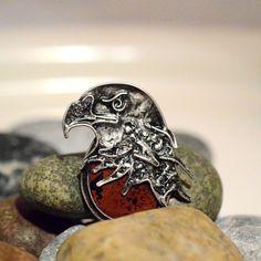 Dravec+-přívěsek+Orel+je+dravý+silný+pták,+kterého+jsem+ztvárnila+ve+svém+šperku.+Jeho+ostříží+pohled,+zahnutý+zobák.+Pro+šperk+jsem+použila+jako+podklad+kámen+Jaspis+brekciový+hnědočervené+barvy,+který+je+protkán+černými+žilkami.+Celý+šperk+je+zavěšen+na+silnějším+řetízku.+Celková+velikost+šperku+6cm+x+4,5+cm+Délka+řetízku+80+cm+(je+možné+zkrátit,...