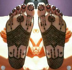 tatouage original, plante des pieds tatouée avec henné, motifs plantureux sur les pieds