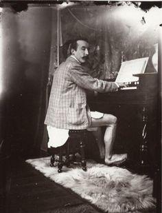 Paul Gauguin, Alfons Mucha'nın stüdyosunda  iç çamaşırıyla piyano çalarken. Paris , 1893.