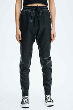 Minkpink - Jogging Outbound noir imitation cuir - Urban Outfitters