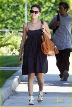 Rachel Bilson Ducks Into Alcove: Photo Rachel Bilson grabs lunch at the Californian/European style café and bakery Alcove Cafe in the trendy Los Feliz neighborhood on Tuesday afternoon. Sigerson Morrison, Rachel Bilson, Summer Chic, European Fashion, Her Style, I Dress, Celebrity Style, Personal Style, Midi Skirt