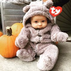 30 halloween costumes for kids girls!Whether you\'re looking for a Halloween costume for yourself your . a dozen Halloween parties to go to because I was swimming in great costume ideas. Funny Baby Halloween Costumes, Halloween Bebes, Baby Halloween Costumes For Boys, 1 Month Halloween Costume, Cute Baby Boy Costumes, Babies In Costumes, Diy Halloween, Mom And Baby Costumes, Halloween Baby Pictures