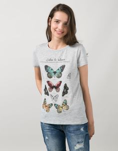 'T-shirt BSK.Listen borboleta/Because flore.'. Descubra esta e muitas outras roupas na Bershka com novos artigos cada semana