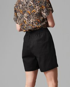Crafted in a natural blend of linen and viscose this lightweight short is cut in a relaxed fit. Featuring an elasticated waistband and four functional pockets the short is elegantly finished with silver metal trims.