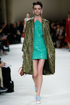 Miu Miu Fall 2015 Ready-to-Wear Collection Photos - Vogue Live Fashion, Fashion Week, Runway Fashion, Fashion Show, Fashion Design, Vogue Fashion, Paris Fashion, Miu Miu, Style Année 60