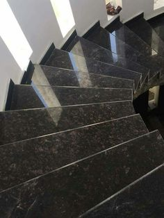 Foyer Staircase, Marble Staircase, Staircase Makeover, Granite Stairs, Granite Flooring, Granite Tile, Home Stairs Design, Interior Stairs, Blue Wallpaper Phone