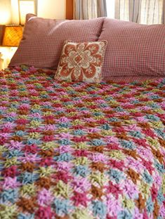 Make a crochet afghan for your bed with the help of these crochet blanket patterns. If you've ever wanted to make your own crochet quilt or thick crochet blanket for the winter, these blanket patterns are perfect. Crochet Afghans, Bag Crochet, Crochet Bedspread, Crochet Motifs, Manta Crochet, Crochet Home, Love Crochet, Crochet Crafts, Crochet Flowers