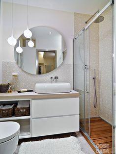 Un intervento di ristrutturazione completo ha rinnovato a più livelli il piccolo appartamento. Gli ambienti risultano ora fluidi e ben sfruttati, con spazi di servizio organizzati e un bagno più grande.