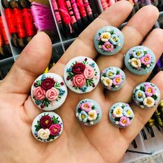 Günaydın 🎈 Embroidery Jewelry, Floral Embroidery, Cross Stitch Embroidery, Hand Embroidery, Embroidery Designs, Cloth Flowers, Felt Flowers, Fabric Flowers, Brazilian Embroidery