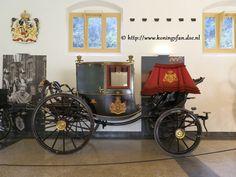 Gala Berline Het Staldepartement beschikt over zes Gala Berlines. De naam komt van Berlijn, de stad waar het rijtuig in 1662 ontworpen werd. Berlines zijn gesloten rijtuigen, geschikt voor vier personen. De rijtuigen zijn zwart en ossenbloedrood gelakt en worden met twee of vier paarden bespannen. De Gala Berlines worden regelmatig gebruikt
