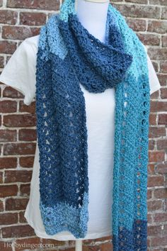 Rechte lange gehaakte sjaal gehaakt met blauw verloopgaren waardoor het de naam waterval sjaal heeft gekregen. Gratis patroon van Hobbydingen.