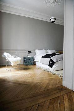 Chambre parentale Chaise Harry Bertoia Appartement Haussmannien Paris Marianne Fersing