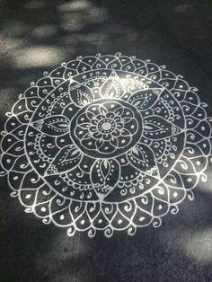 Easy Chalk Drawings, Chalk Design, Sidewalk Chalk Art, Kolam Designs, Street Art Graffiti, Graffiti Artists, Illusion Art, Chalkboard Art, Tag Art