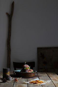 Briochine al cacao con formaggio di capra e fichi caramellati alla soia