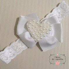 Laço em faixa para batizado Ribbons, Hair Bows, Quilting, Braided Headbands, Tape Art, Ribbon Bows, Ribbon Hair Ties, Key Hangers, Organza Flowers