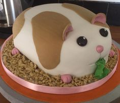 Hamster cake by Tina Feakins. For more animal themed cake ideas, please visit https://www.craftcompany.co.uk/pet