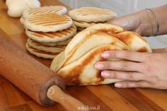 Quick Flatbread - A great trick for making quick and easy bread. Minimum oil and maximum taste! A perfect accompaniment to any meal. Easy Bread Recipes, Pastry Recipes, Cake Recipes, Cooking Recipes, No Carb Bread, Israeli Food, Israeli Recipes, Savory Pastry, Bread Cake