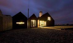 Eine dramatische, fast surreale Landschaft umgibt das Shingle House: Es liegt am riesigen Kiesstrand vom Dungeness, einer steinernen Wüste mit seltenen Pflanze