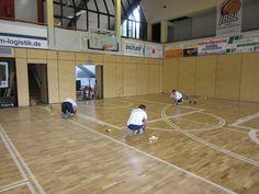 Ultimate le fasi di posa del #parquet sportivo della #palestra di Bamberg si procede con le tracciature