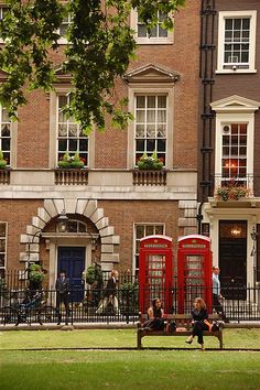 I like everything about this picture (Berkeley Square,London) from the building, to the phone booths, to the flower boxes, to the fence...yet another indication that perhaps I was born in the wrong country.  :-)
