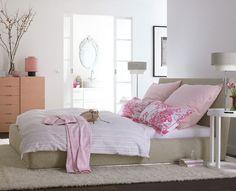 Ein Schlafzimmer in Rosa Rosa ist eine Farbe, an die man sich bei der Einrichtung des Schlafzimmers nur selten herantraut. Zu unrecht, wie dieses Beispiel beweist. Die zarten Rosétöne auf Kommode, Bettwäsche und Lampenschirm bilden einen willkommenen Kontrast zu den Natur- und Graunuancen im Raum. Dabei mildern sie außerdem die kubischen und kantigen Formen von Bett und Kommode. So entsteht eine Stimmung, bei der man prima entspannen und sanft schlummern kann.