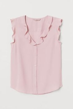 Blouse in airy, woven, crêped fabric. V-neck with flounce trim, buttons at front, and yoke at back. Flutter sleeves and gently rounded hem. Casual Work Outfits, Work Casual, Simple Outfits, Classy Outfits, Outfits For Teens, Outfit Work, Blouse Volantée, Work Attire Women, Business Attire