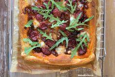 Rezept für eine knusprige Blätterteigtarte mit Chorizo, Zwiebeln und Mozzarella