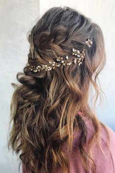 50 Awesome Curly Wedding Hairstyles Almost all of the curly wedding hairstyles are for girls with straight hair. They may take longer at hair salon. But it worth for sure! And it will cr. Dark Curly Hair, Curly Wedding Hair, Simple Wedding Hairstyles, Bohemian Bride, Bridesmaid Hair, Straight Hairstyles, Perfect Wedding, Curly Hair Styles, Hair Makeup