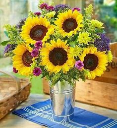 Stunning country farmhouse style bouquet of sun flowers.  Are they not the happiest flowers, ever?