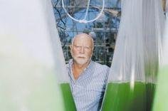 No video acima o pesquisador Craig Venter (o cara da escopeta) dá um rolezinho com Richard Dawkins em seu laboratório, a curiosidade é que foi gravado em 2009, ou seja, as centenas de máquinas que nós vemos ali já foram ultrapassadas e, hoje, todas elas podem ser substituídas por uma única. Existe uma parte secreta do laboratório, coberta por uma c...
