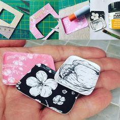 Kokeilin tarjottimen tekoa pahvista.           Käytin tähän materiaalina käyntikorttia ja postikorttia. Ihanat kuosit ovat Nuppu Print Co...