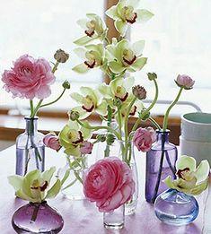 Vidros de perfume usados como vasinhos