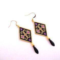 Boucles d'oreilles en forme de losange motifs arabesques / perles miuyki noir , doré et violet / crochet en plaqué or / tissage peyote