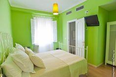Habitaciones totalmente equipadas y decoradas con gusto. En pleno centro de Osuna.