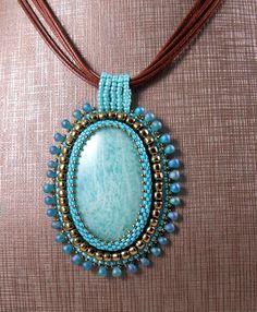 Pendentif brodé en perles et Amazonite