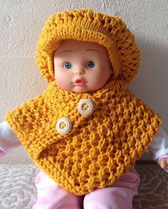 Poncho til dukke, 36 cm Knitting Dolls Clothes, Crochet Doll Clothes, Crochet Dolls, Crochet Hats, Baby Barn, Doll Dress Patterns, Babydoll Dress, Baby Dolls, First Love