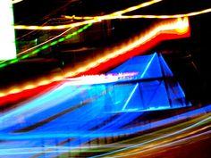 Satu Ylavaara CV: Valokuvaan kaamoksen keskellä neonvaloja.  Valokuvaan kaamoksen keskellä #neonvaloja, luonnottomia mainoksia ja hötkyvää yöelämää. Kuinka paljon Helsinki on muuttunut 20 vuodessa.