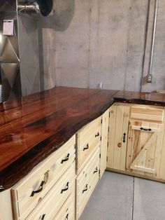 Live Edge Pine Slab Counter tops - All For Remodeling İdeas Outdoor Kitchen Countertops, Rustic Kitchen Cabinets, Wood Countertops, Kitchen Decor, Simple Kitchen Design, Outdoor Kitchen Design, Cabin Kitchens, New Kitchen, Kitchen Vanity