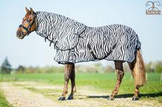 Profi-Rider Zebra vliegendeken met afneembare hals, loopsplitten, kruissingels en staartflap. De bovenkant van de hals en de schouders zijn glad gevoerd om schuren te voorkomen. Kleur: Zebra 125/175 + 135/185 + 145/195 + 155/205 + 165/215 Normaal €79,95 nu €44,95 www.limburgsruiterhuis.nl