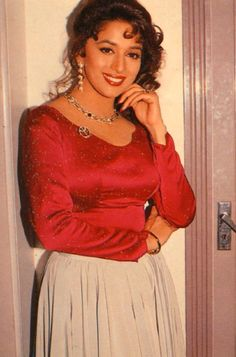 Madhuri Dixit so gorgeous Bollywood Oops, Vintage Bollywood, Indian Bollywood, Most Beautiful Bollywood Actress, Beautiful Actresses, Indian Celebrities, Bollywood Celebrities, Madhuri Dixit Saree, Bollywood Pictures