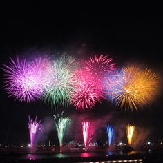 昨日、足立の花火大会に行ってきたー! 凄かった!!想像を遥かに超えてた✨ 河川敷だと見やすいね😁  カメラに収まりきらないくらいの近さで迫力満点! 紙くずめっちゃ飛んできた💦笑  #花火 #打ち上げ花火 #河川敷 #夏 #打ち上げ花火下から見るか横から見るか #スカイツリーとのコラボ