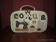 Este neceser de costura con forma de maletín de la Sta. Pepis, es un kit que compré a María José en Creativa Valladolid, y a simple vista f...