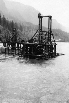 Fish wheel on the Columbia River, Oregon