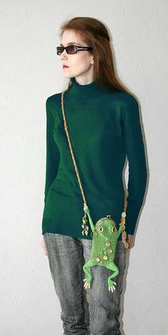 beaded froggy bag as it looks worn (biser) Beaded Purses, Beaded Bags, Seed Bead Jewelry, Beaded Jewelry, Unique Purses, Cloth Bags, Beaded Embroidery, Purses And Handbags, Bag Accessories