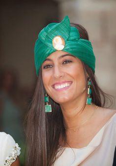Banda y pendientes en color verde esmeralda junto a vestido nude                                                                                                                                                                                 Más