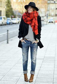 Conjunto abrigo negro, camiseta blanca a rayas, pantalones tejanos, bolso marrón, bufanda roja y sombrero negro | Mis conjuntos